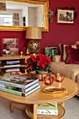 THE CONIFERS, OXFORDSHIRE: CHRISTMAS: COUNTRY, CLASSIC, LIVING ROOM, SITTING, ROOM, CUSHION, TREE, TABLE, MIRROR, DARK RED, BOOKS, LAMP