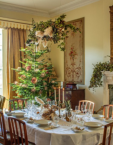 MARBURY_HALL_SHROPSHIRE_DESIGNER_SOFIE_PATONSMITH__DINING_ROOM_VICTORIAN_INSPIRED_CHRISTMAS_FIREPLAC