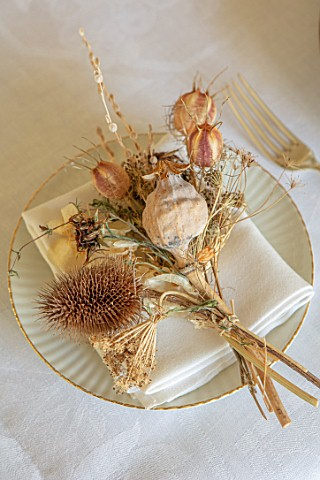 MARBURY_HALL_SHROPSHIRE_DESIGNER_SOFIE_PATONSMITH__VICTORIAN_CHRISTMAS__DINING_TABLE_DECORATION_NAPK