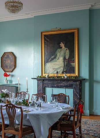 MARBURY_HALL_SHROPSHIRE_DESIGNER_SOFIE_PATONSMITH__SWEDISH_CHRISTMAS_PALE_BLUE_DINING_ROOM_TABLE_RED