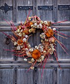 WARDINGTON MANOR, OXFORDSHIRE: FLORIST SHANE CONNOLLY WREATH MADE WITH CORNUS ALBA KESSELRINGII, CORNUS MIDWINTER FIRE, CARDOONS, HEDGEROW CLEMATIS, CLEMATIS VITALBA, BRACKEN