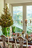 MERRYWOOD, JACKY HOBBS HOUSE, LONDON: DINING AREA, WOODEN DINING TABLE, CHRISTMAS PLACE SETTINGS, GREEN GLAZED CONTAINER, CHRISTMAS TREE
