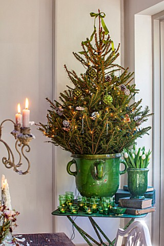 MERRYWOOD_JACKY_HOBBS_HOUSE_LONDON_DINING_AREA_GREEN_GLAZED_CONTAINER_CHRISTMAS_TREE_GREEN_GLASS_TEA