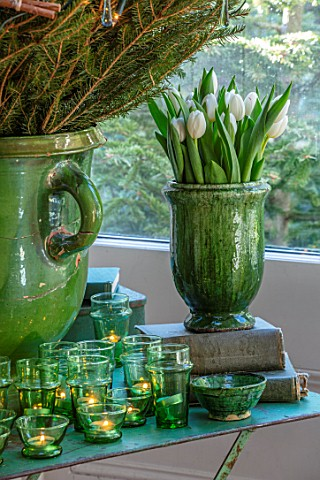 MERRYWOOD_JACKY_HOBBS_HOUSE_LONDON_DINING_AREA_GREEN_GLAZED_CONTAINER_WITH_WHITE_TULIPS_CHRISTMAS_TR