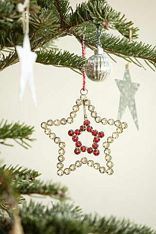 MERRYWOOD_JACKY_HOBBS_HOUSE_LONDON_DETAIL_OF_DIAMANTE_STAR_CHRISTMAS_TREE_DECORATION_ON_CHRISTMAS_TR