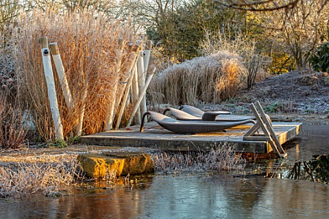 THE_OLD_RECTORY_QUINTON_NORTHAMPTONSHIRE_DESIGNER_ANOUSHKA_FEILER_VIEW_ACROSS_LAKE_TO_WOODEN_PONTOON