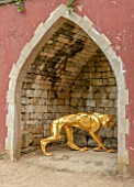 PAINSWICK ROCOCO GARDEN, GLOUCESTERSHIRE: ART UNBOUND: NICHE IN THE EAGLES HOUSE WITH WOLF SULPTURE BY SOPHIE DICKENS