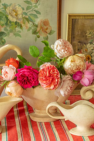 THE_LAND_GARDENERS_WARDINGTON_MANOR_OXFORDSHIRE_CONSTANCE_SPRY_VASES_WITH_ROSES_ON_STRIPEY_TABLECLOT