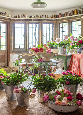 THE_LAND_GARDENERS_WARDINGTON_MANOR_OXFORDSHIRE_FLOWERS_IN_THE_FLOWER_ROOM_CUTTING_CONSTANCE_SPRY_VA