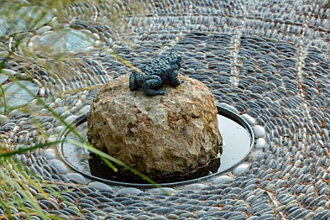 THE_NEWT_IN_SOMERSET_PEBBLE_TERRACE_DETAIL_TOAD_SCULPTURE_ORNAMENT_FLOORING_PATHS