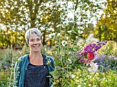 GREEN AND GORGEOUS FLOWERS, OXFORDSHIRE:RACHEL SIEGFRIED PICKING FLOWERS FROM HER CUTTING FIELDS, SEPTEMBER
