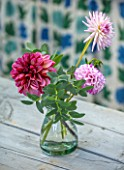 GREEN AND GORGEOUS FLOWERS, OXFORDSHIRE: TABLE VASE ARRANGEMENTS OF DAHLIAS