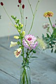 GREEN AND GORGEOUS FLOWERS, OXFORDSHIRE: TABLE VASE ARRANGEMENTS OF DAHLIA GENOVA, FOXGLOVES AND SANGUISORBA