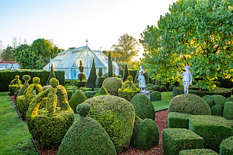 EYTHROPE_WALLED_GARDEN_BUCKINGHAMSHIRE_THE_TOPIARY_GARDEN_GREEN_GARDENS_OCTOBER_CLIPPED_EVERGREENS_I