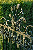 EYTHROPE WALLED GARDEN, BUCKINGHAMSHIRE: ORNAMENTAL METAL GATE INTO THE TOPIARY GARDEN