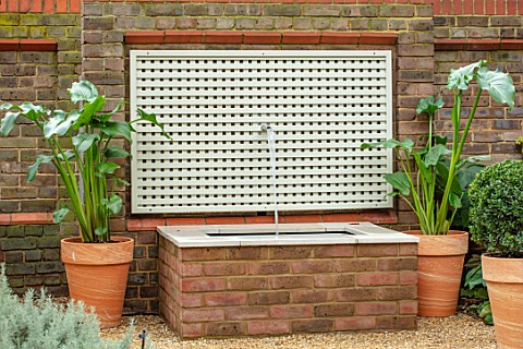 DESIGNER_ANTHONY_PAUL_SMALL_TOWN_FORMAL_WATER_FEATURE_WALL_LONDON_TRELLIS_RAISED