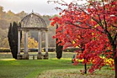 THORP PERROW ARBORETUM, YORKSHIRE: THE MONUMENT, ROTUNDA PUT UP BY SIR JOHN ROPNER, RED LEAVES, FOLIAGE OF MAPLES IN AUTUMN, FALL, TREES, ACERS, ACER PALMATUM OZAKAZUKI