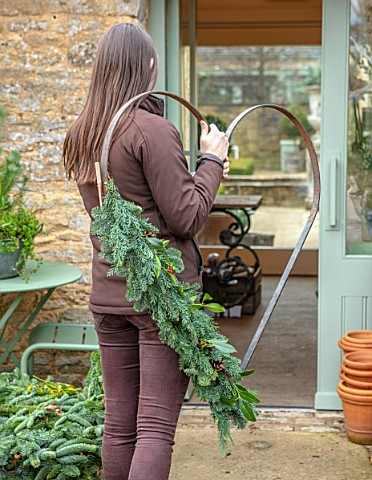 DAYLESFORD_ORGANIC_GLOUCESTERSHIRE_GIRL_HOLDING_HEART_WREATH_CHRISTMAS_DECORATIONS_DECORATIVE_GRAVEL