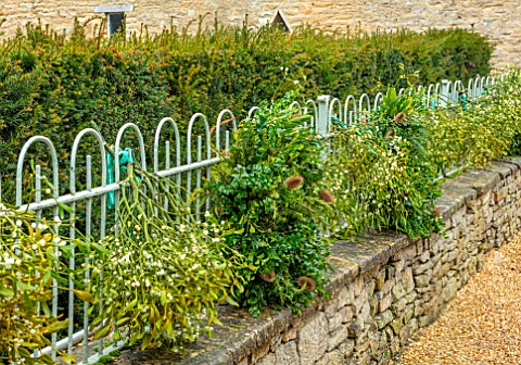 DAYLESFORD_ORGANIC_GLOUCESTERSHIRE_GRAVEL_COURTYARD_IRON_RAILINGS_WALLS_MISTLETOE_BUNCH
