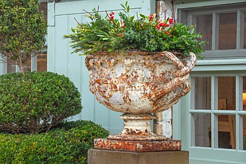 DAYLESFORD_ORGANIC_GLOUCESTERSHIRE_WHITE_METAL_URN_CONTAINER_WREATH_DECORATION_DECORATIVE_WINTER_CHR