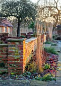 ST TIMOTHEE, BERKSHIRE - WALL, SEDUMS, CALAMAGROSTIS X ACUTIFLORA KARL FOERSTER, WINTER, JANUARY, FROST, FROSTY, ENGLISH, COUNTRY, GARDEN