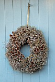 DESIGNER JACKY HOBBS - CHRISTMAS, WINTER, WREATH, SEED HEADS OF ALLIUMS, POPPIES, TEASELS, DIPSACUS FULLONUM, BROWN, FORAGED, NATURAL, DECORATIONS