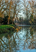 EYTHROPE, WADDESDON, BUCKINGHAMSHIRE: THE BOATHOUSE, PARKLAND, TREES, WINTER, JANUARY, LAKE, WATER, REFLECTIONS, REFLECTED