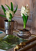 THE LAND GARDENERS, WARDINGTON MANOR, OXFORDSHIRE: INDDOR DISPLAY OF WHITE HYACINTHS ON TROLLEY, BULBS, HOUSEPLANTS