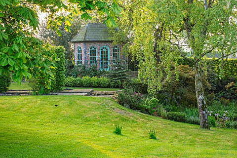 HALL_O_TH_WOOD_CHESHIRE_SUMMERHOUSE_SHED_BUILDING_SPRING_SHADE_SHADY_SPRING_LAWN_APRIL