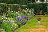 COTON MANOR GARDEN, NORTHAMPTONSHIRE: THE HOLLY HEDGE BORDER, EVENING, SUNDIAL, AGAPANTHUS, DAHLIA ALAN SPARKES, ROSA FRED LOADS, SUMMER, BORDERS, AUGUST
